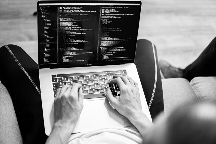 Ce fac programatorii care câștigă 10 000 euro lunar?